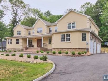 15 Tanglewood Hollow Rd, Upper Saddle River, NJ 07458